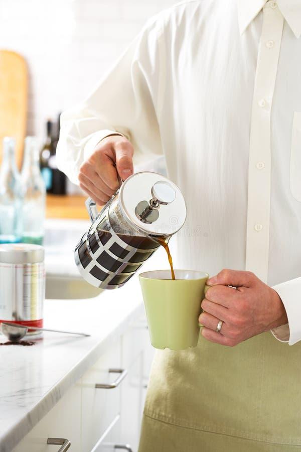 Den knapriga Baristaen Pours per koppen av Joe arkivfoton