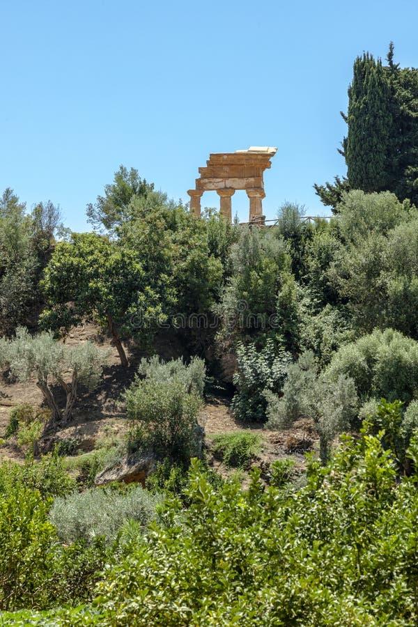 Den Kolymbetra trädgården på den Valle deien Templi I doric kolonner för bakgrund Agrigento Sicilien, Italien royaltyfri foto
