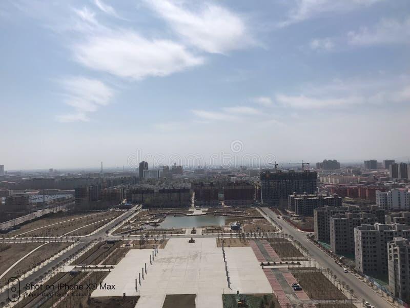 Den kommunala fyrkanten mitt emot den Kina Wuyang servicemitten för folket royaltyfria foton
