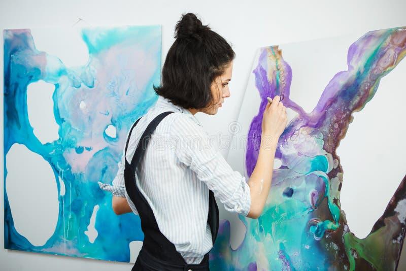 Den koncentrerade flickan fokuserade på idérik konst-danande process i konstterapi royaltyfri fotografi