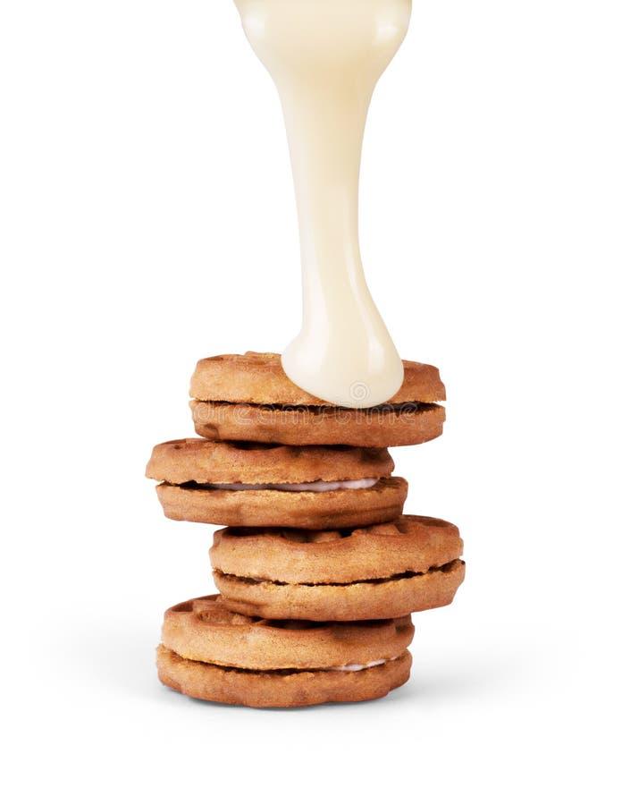 Den kondenserade kakan mjölkar hällt på en vit bakgrund arkivbild