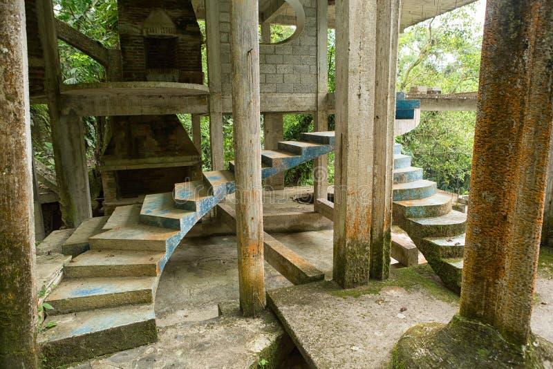 Den konkreta strukturen på Edward James arbeta i trädgården Xilitla Mexico fotografering för bildbyråer