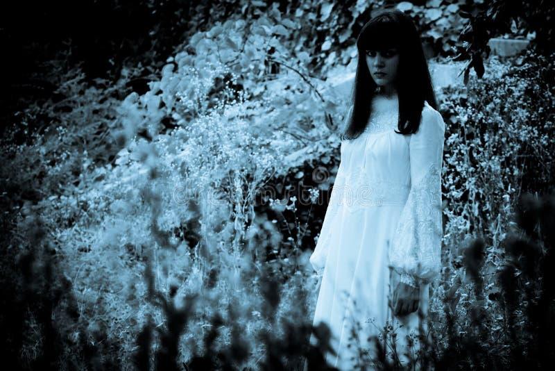 Den konstiga mystiska flickan arkivbilder