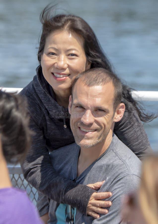 Den koreanska frun som tycker om ett semesterfartyg, turnerar med hennes caucasian make i Seattle, Washington arkivfoto