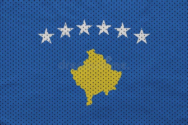 Den Kosovo flaggan skrivev ut på ett tyg för ingrepp för polyesternylonsportswear arkivfoton