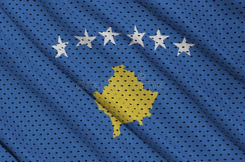 Den Kosovo flaggan skrivev ut på ett tyg för ingrepp för polyesternylonsportswear arkivbild