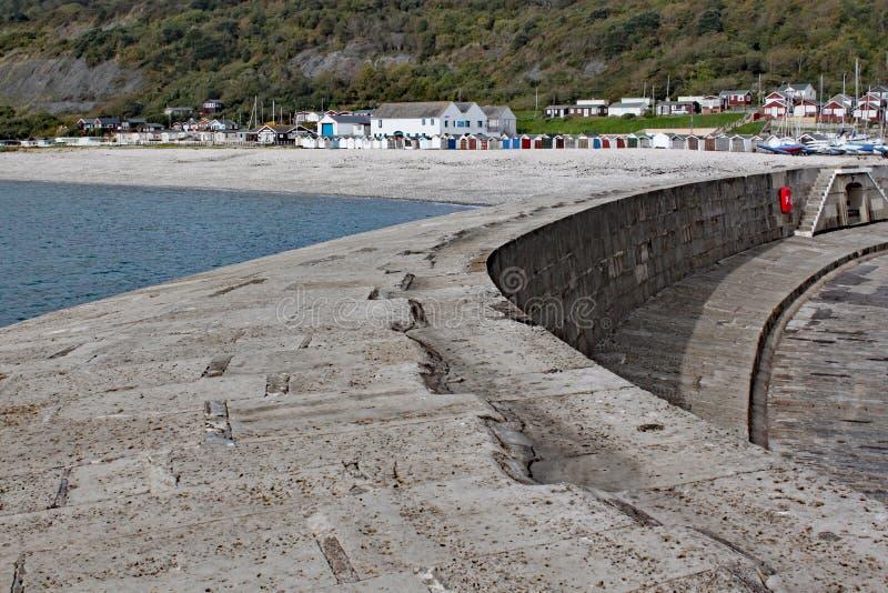 Den krökta väggen av Cobben på Lyme Regis, Dorset i England arkivfoto