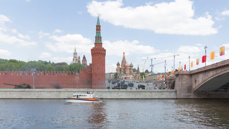 Den kraftiga militära utrustningen i Victory Day ståtar arkivfoton