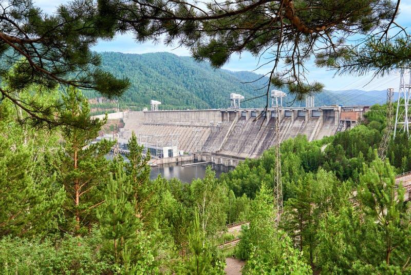 Den Krasnoyarsk fördämningen är kraftig Siberian vattenkraft arkivfoto