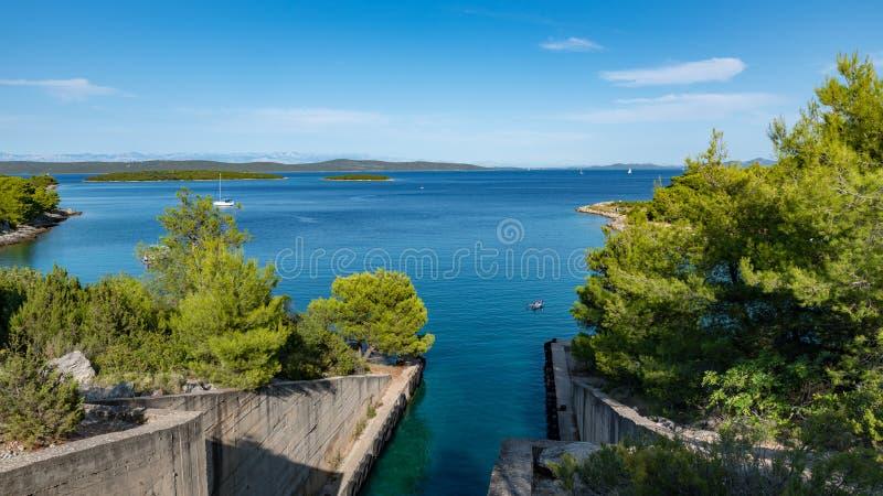 Den kroatiska stranden och kusten på en solig dag nära ubåten bunkrar arkivbilder