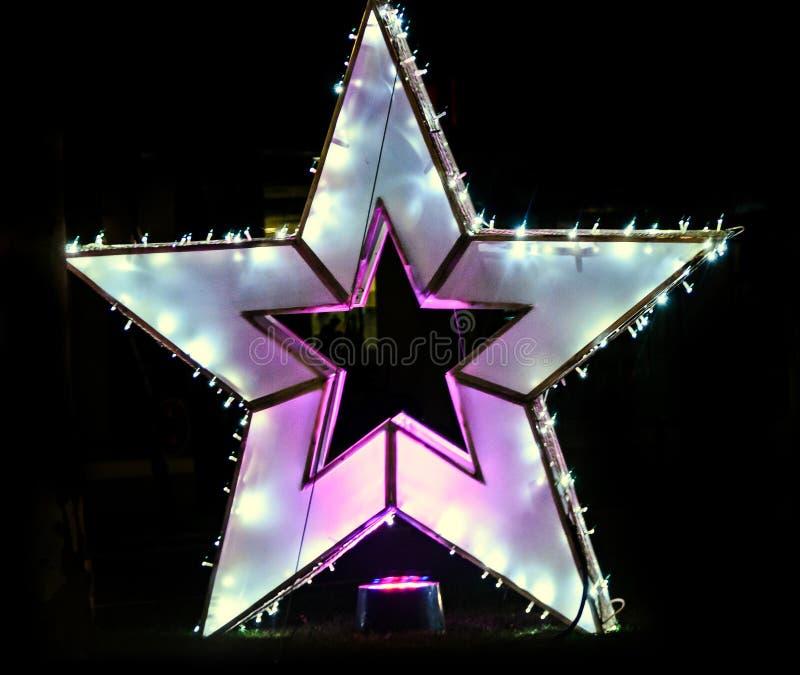 Den kulöra julstjärnan tänder och prydnader i centrum av Bucharest arkivfoto