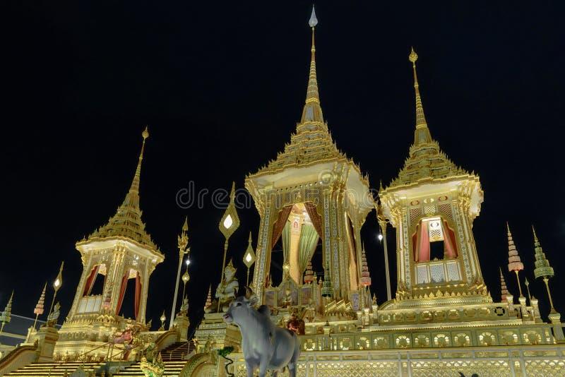 Den kungliga krematoriet för HMEN konung Bhumibol Adulyadej av Thailand på natten royaltyfri bild