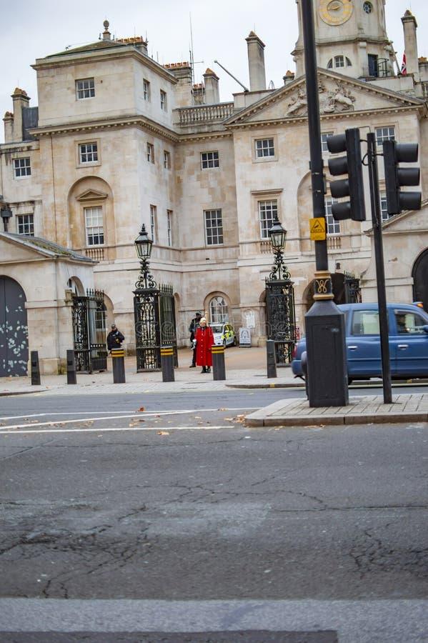 Den kungliga vakten i r?d likformig som marscherar i london arkivbild
