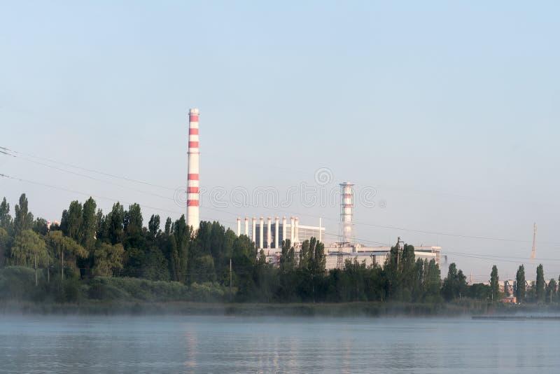 Den Kursk kärnkraftverket reflekterade i en lugna vattenyttersida arkivbild