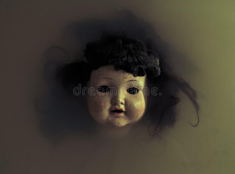 Den kusliga dockan vänder mot arkivbild