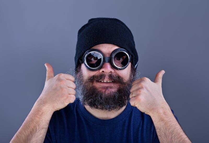 Den kusliga mannen med det stora skägget gillar explosivt erbjudande royaltyfri foto