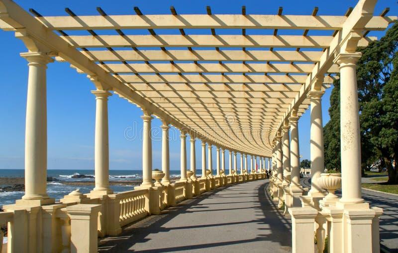 Den kust- vägen med pergolan på Foz gör Douro royaltyfri fotografi