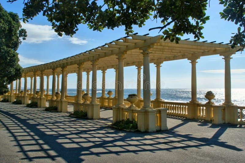 Den kust- vägen med pergolan på Foz gör Douro royaltyfri foto