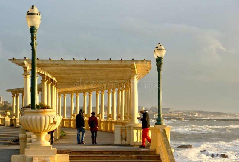 Den kust- v?gen med pergolan p? Foz g?r Douro fotografering för bildbyråer