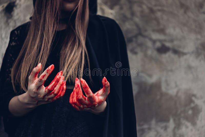 Den kvinnaspöken och handen för stående har den gigantiska rött blod royaltyfria bilder