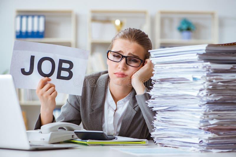 Den kvinnliga affärskvinnaframstickanderevisorn som arbetar i kontoret royaltyfri bild
