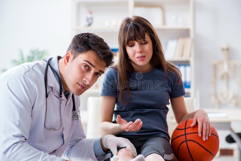 Den kvinnliga basketspelaren som besöker doktorn efter skada royaltyfri bild