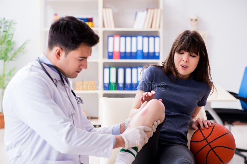 Den kvinnliga basketspelaren som besöker doktorn efter skada arkivbilder