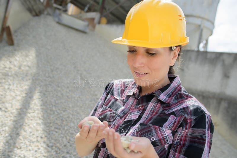 Den kvinnliga byggmästaren som väljer, spikar royaltyfri bild