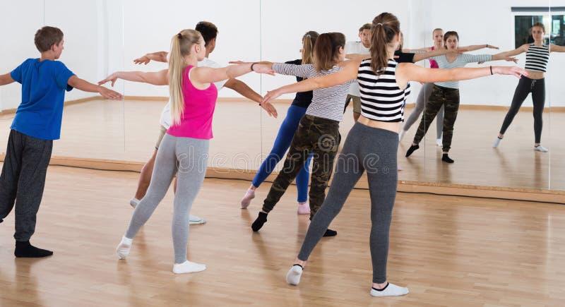Den kvinnliga dansläraren visar positionen royaltyfri fotografi
