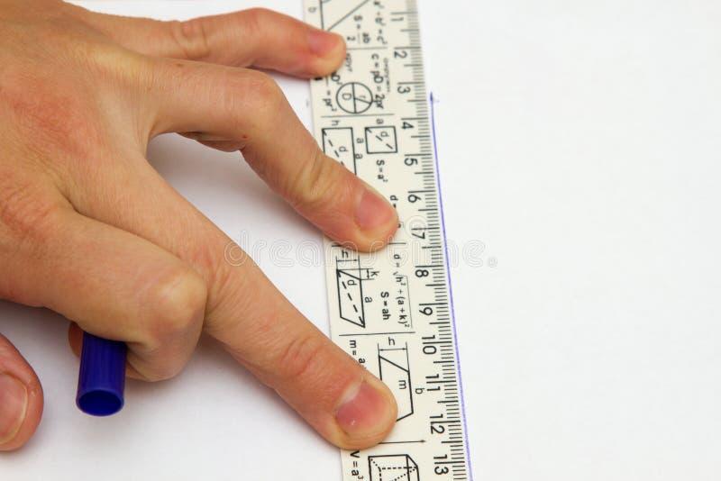 Den kvinnliga för handinnehavet för ` s blyertspennan och linjalteckningen på den tomma anteckningsboken skyler över brister fotografering för bildbyråer