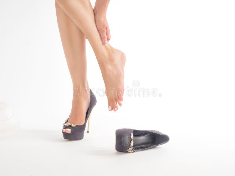 den kvinnliga foten smärtar in, når de har burit höjdpunkten heeled skor royaltyfria foton