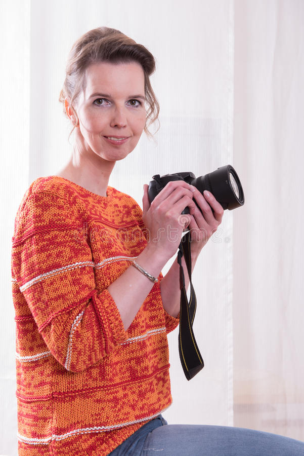 Den kvinnliga fotografen är klar att skjuta arkivfoton