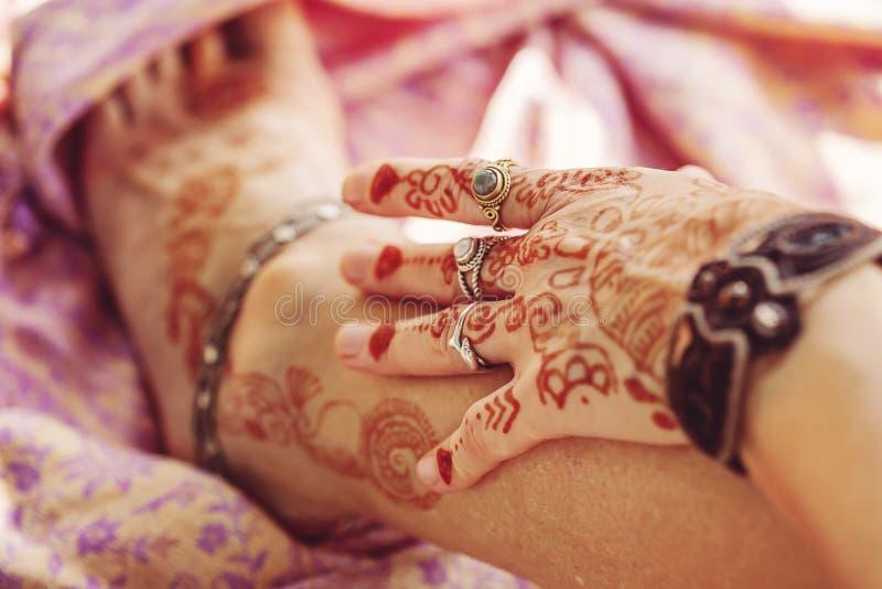 Den kvinnliga handen och lägger benen på ryggen dekorerat arkivbilder