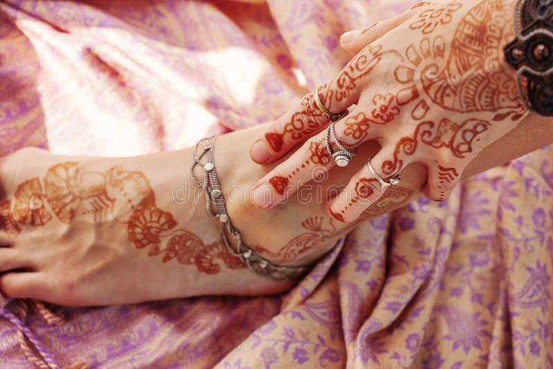 Den kvinnliga handen och l?gger benen p? ryggen dekorerat royaltyfri fotografi