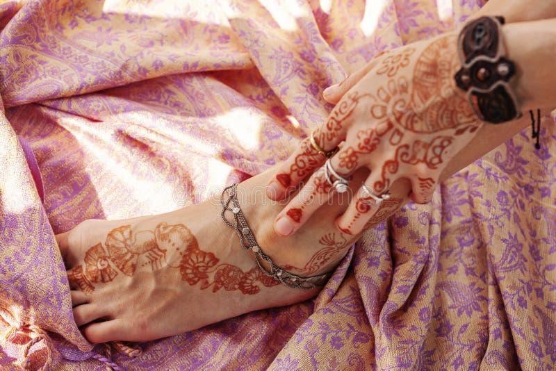 Den kvinnliga handen och l?gger benen p? ryggen dekorerat royaltyfri foto