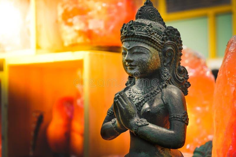 Den kvinnliga indiska statyn ber gudgudinnalakshmi royaltyfria bilder