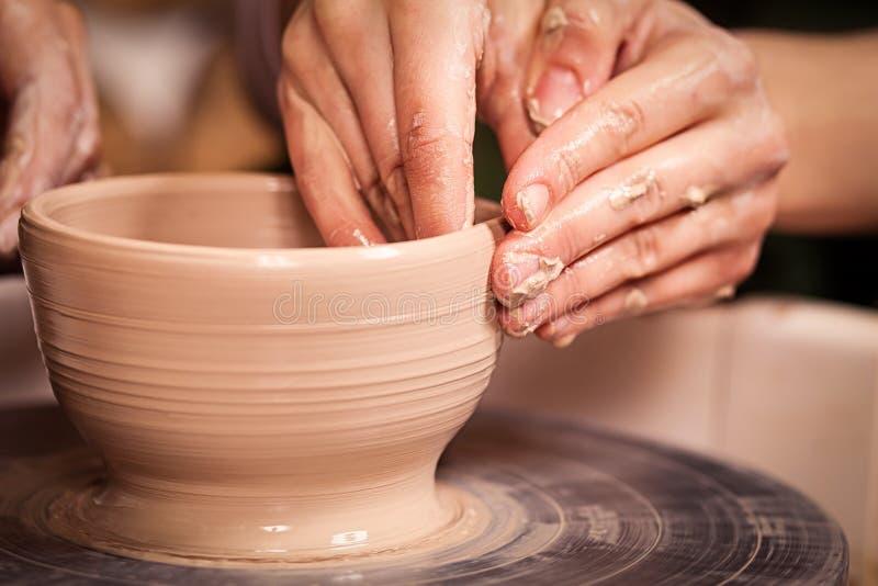 Den kvinnliga keramikern undervisar fotografering för bildbyråer