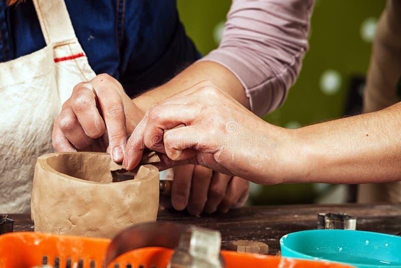 Den kvinnliga keramikern undervisar arkivfoton