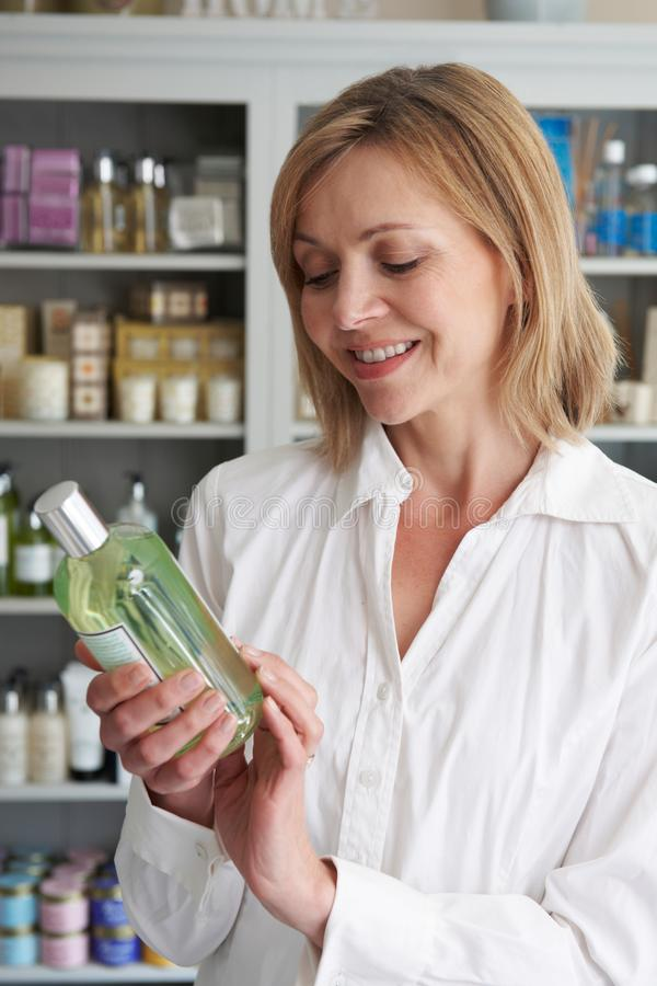 Den kvinnliga kunden shoppar in välja skönhetsprodukter arkivfoto