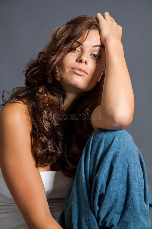 Den kvinnliga modellen i sexigt poserar royaltyfria bilder