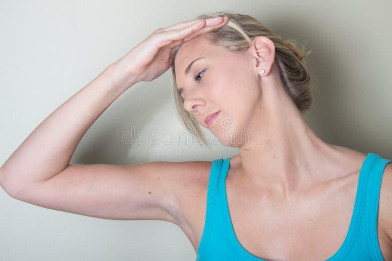 Den kvinnliga patienten head sunda tryckövningar arkivbild