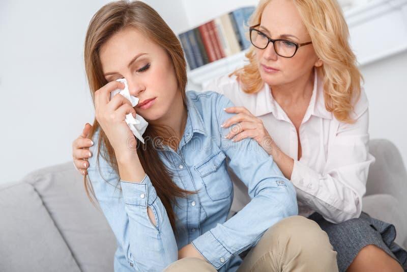 Den kvinnliga psychologystterapiperioden med klienten som sitter inomhus patientavtorking, river bort arkivbild