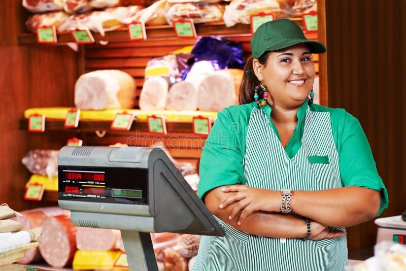Den kvinnliga säljaren i supermarket shoppar arkivfoton