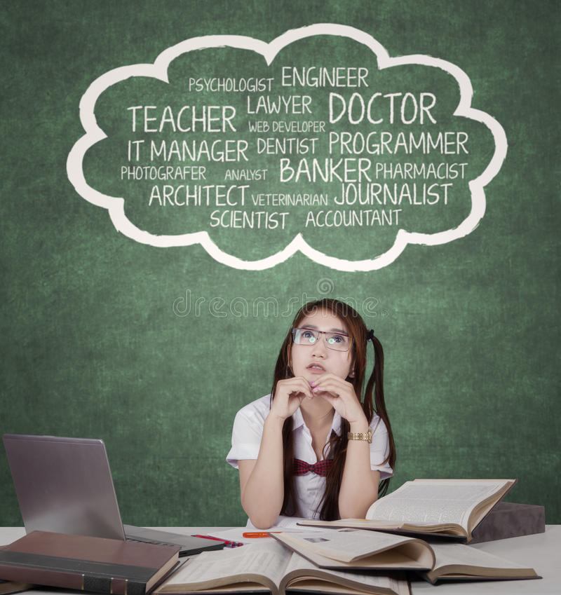 Den kvinnliga studenten tänker hennes dröm- jobb arkivbilder