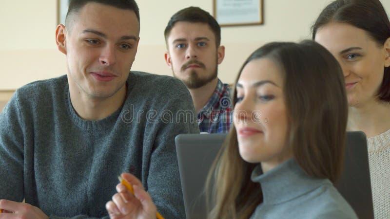 Den kvinnliga studenten talar till hennes manliga klasskompis royaltyfria bilder