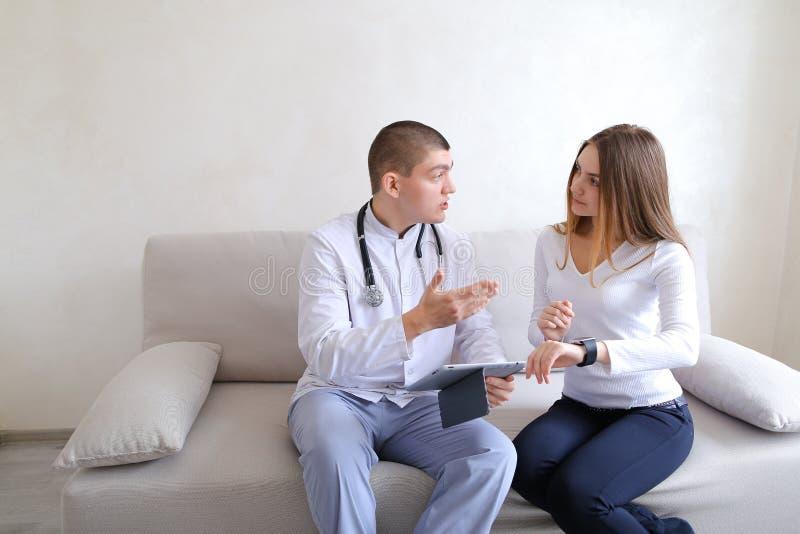 Den kvinnliga tålmodiga flickan och mannen manipulerar osteopaten med grejer Solv arkivbild