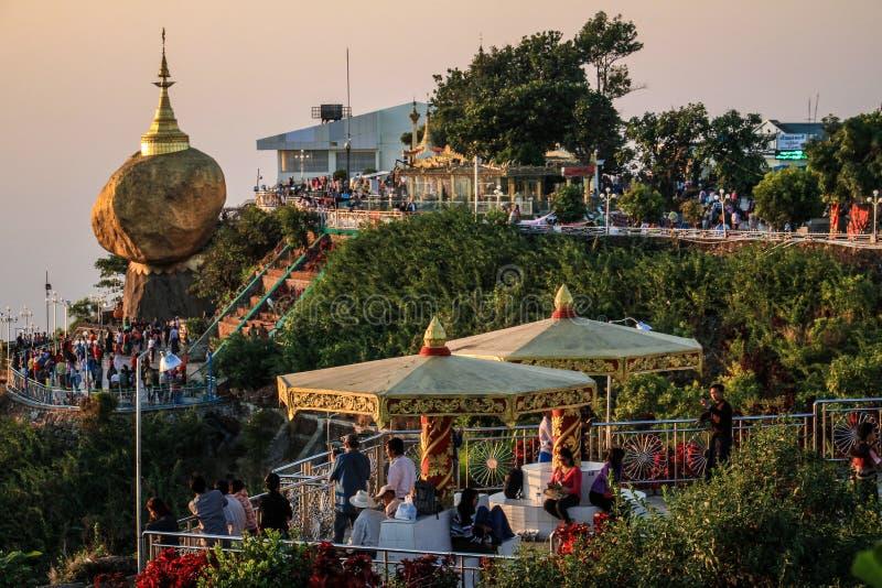 Den Kyaiktiyo pagoden som är bekant som guld-, vaggar också på solnedgången, det måndag tillståndet, Myanmar royaltyfria bilder
