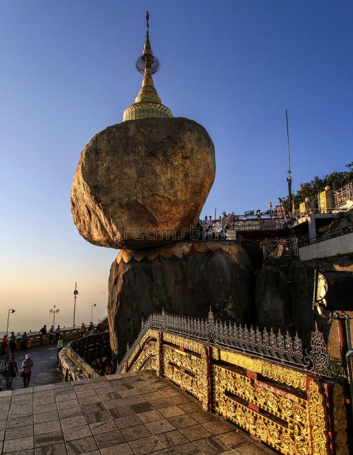 Den Kyaiktiyo pagoden som är bekant som guld-, vaggar också på solnedgången, det måndag tillståndet, Myanmar arkivbild