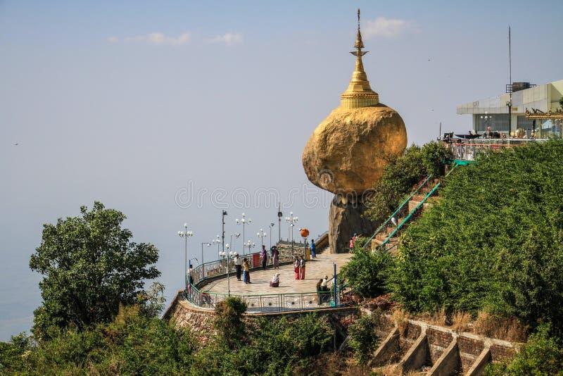 Den Kyaiktiyo pagoden som är bekant som guld-, vaggar också, under middagar värmer, det måndag tillståndet, Myanmar royaltyfria foton