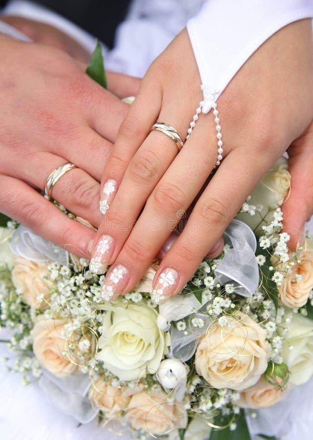 den kyrkliga dagen ringer bröllop royaltyfria foton